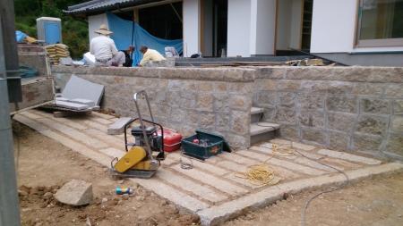 順番通りに石材を積み擁壁を作ります。