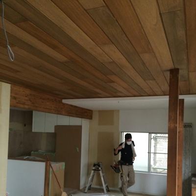 LDKの天井、壁の一部には自然素材