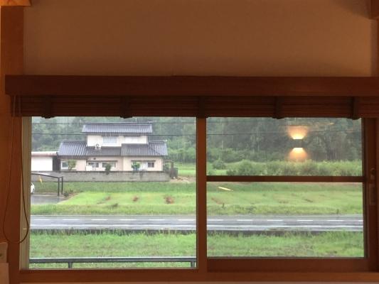 岡山県総社市宿 事務所窓 雨の様子