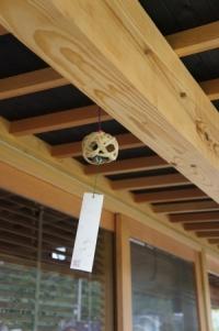 木造住宅縁側に付けた風鈴の写真
