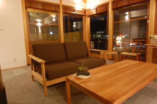竹製のテーブルとチェアー