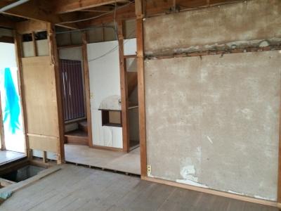 解体工事で、既存の壁をとり、和室だった部分は無垢の床に変わっていきます