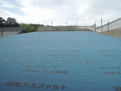 屋根のアスファルトルーフィングの様子