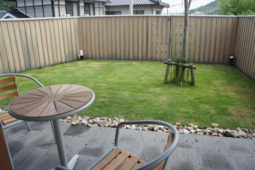 テラスから観た芝の庭