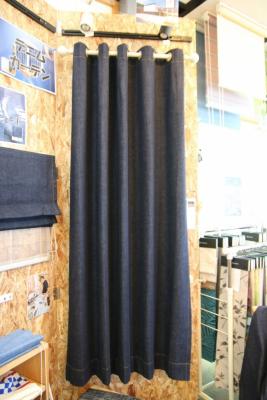木まま工務店事務所 打ちっぱなしの壁にオリジナルカーテン