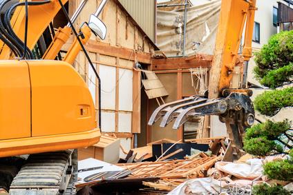 解体工事中のショベルカー